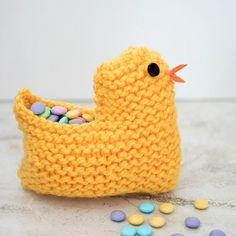 Free knitting pattern for this easy Easter chick basket. It's knit flat so it's perfect for beginners!