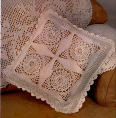 15 Ideas Increíbles para Almohadas de Ganchillo 16 Crochet Home Decor, Bed Sheets, Needlepoint, Knit Crochet, Crochet Patterns, Cross Stitch, Plaid, Diy, Pillows