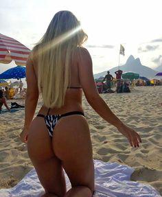 """Fernanda Penido : """"Que abundância!"""" Fernanda Figurinha exibe corpão de biquíni em dia de praia"""