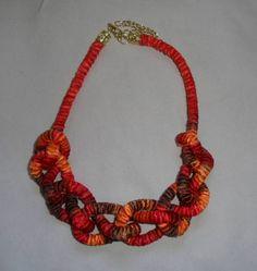 Colar de corda coberta com fita mesclada com tons de laranja, vermelho e marrom e  fita laranja Acabamento dourado R$ 20,00