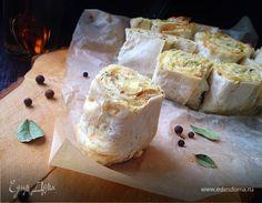 Слоеный пирог из лаваша с творогом, сыром и зеленью. Ингредиенты: сливочное масло, творог, брынза