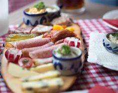 Café da manhã Franconian Style no Etzerdla: embutidos de porco, gordura de porco com bacon, queijos e cerveja . Tudo proveniente de pequenos produtores locais.