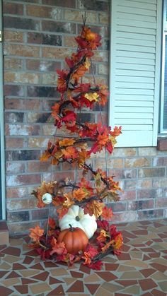 DIY Fall Front Door Decorations Use the fall harvest to blend the outdoors with your welcoming home, with these fall front door decor ideas! Tomato Cage Crafts, Tomato Cages, Tomato Tree, Tomato Trellis, Autumn Decorating, Decorating Ideas, Front Porch Decorating For Fall, Primitive Fall Decorating, Deco Floral