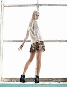 Faldas casi siempre combinadas con negro o blanco