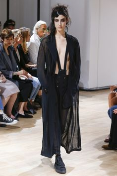 Yohji Yamamoto Spring 2015 Ready-to-Wear Collection - Vogue Yohji Yamamoto, Catwalk Fashion, Fashion Show, Paris Fashion, Spring Fashion, Autumn Fashion, Japanese Fashion Designers, Vogue Russia, Spring Summer 2015