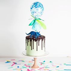 Mint dinosaur drip with @poppiesforgrace balloon topper #onlinecakes #accessorise #cakeink