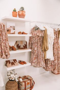 Clothing Boutique Interior, Clothing Store Design, Boutique Interior Design, Boutique Decor, Showroom Design, Boho Boutique, Boutique Store Design, Boutique Stores, Boutique Names