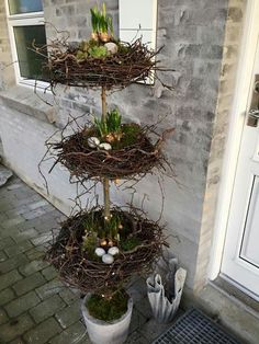 Spring is in the air which means that it is almost Easter. That is also great time to dress up your home's outdoor. Displaying outdoor Easter decorations in the front yard is a cool way to kick off the spring season and welcome your visitors. Seasonal Decor, Holiday Decor, Deco Nature, Diy Ostern, Deco Floral, Porch Decorating, Decorating Ideas, Spring Crafts, Topiary