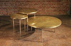 Goudkleurige, lage ronde bijzettafels in verschillende formaten - Messing koffietafels - Gold looking low side tables - #WoonTheater