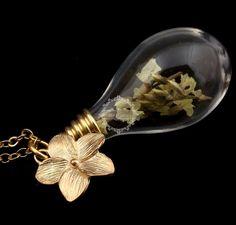 Gelbe+Blumen+in+Glasflasche,+goldene+Kette+von+Buy+My+Baby+auf+DaWanda.com