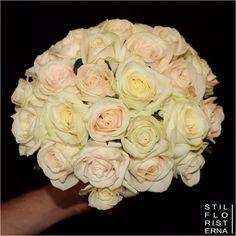 Romantisk och stilren handbunden brudbukett med bara rosor i off white och gammelrosa.