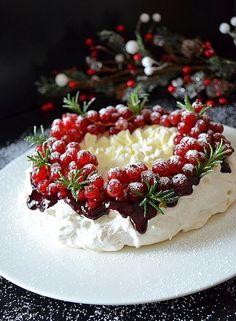 """Торт-безе """"Павлова"""" - пошаговый рецепт с фото: Торт «Павлова» - десерт, покоривший миллионы людей в мире, был изготовлен и назван в честь великой балерины Павловой... - Леди Mail.Ru яичный белок  4 шт. сахар (для коржа+для соуса)  1 ст. + по вкусу винный уксус (белый)  1 ч.л крахмал (для коржа+для соуса)  3 ч.л + 1-2 ч.л. ягоды (замороженные)  200-250 г сливки молочные (30%)  300 мл сахарная пудра  3 ч.л. ванилин  по вкусу смородина  250 г"""