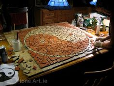 Artistic mosaics are totally assembled by hands. What an awesome work! This is a great way to add an artistic element to your floor or garden. Mosaic Diy, Mosaic Garden, Mosaic Crafts, Mosaic Projects, Mosaic Tiles, Craft Projects, Mosaic Stepping Stones, Stone Mosaic, Mosaic Glass