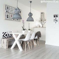 Laat je inspireren door onze nieuwste top 10 mooiste eetkamers Hsfy.nl/top10e2 #woning #stijl #eetkamer #wit #zwart #grijs #muur #tafel #kussens #mooi #inspiratie #stoelen #wonen #top10 #interieur #interieurstyling #binnenkijken @huisjenr37.nl