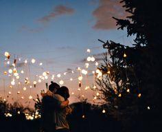 Te amo como aún no sé hacerlo, sin punto de comparación, sin adjetivos ni calificativos, te amo como sólo tú has sabido enseñarme. Sin título de propiedad, sin prisas y sólo con las pausas necesarias. Con el deseo de volver a casa. Te amo como sé que no se ha hecho, no es poco ni mucho lo que te amo, yo te amo lo necesario para saber que te amo en su completo y total significado; con cada letra y hojas en blanco de mi cuaderno que, estoy seguro, sólo podrán llenar tus años.