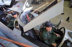 複座機が特徴のF4ファントム。「無口なパイロットはいない」と言われるほどコミュニケーションが重要だ=茨城県小美玉市の航空自衛隊百里基地(鈴木健児撮影)