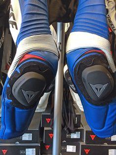 足元を正面から。青x白はやはりマッチしますね。膝上にちょっとだけ赤が入っているのもポイント。