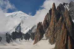 De l'Aiguille du Midi à Pointe Helbronner, face aux Grandes Jorasses, le grand cirque de la Vallée Blanche et du glacier du Géant défile sous les cabines de ce parcours inoubliable...  Flickr: http://www.flickr.com/photos/leonardavanicelli/sets/72157626428153793/with/3826345693/