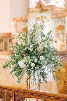 Hvid og støvet grøn. En dekoration med masser af luft og plads til hver enkelt blomst.