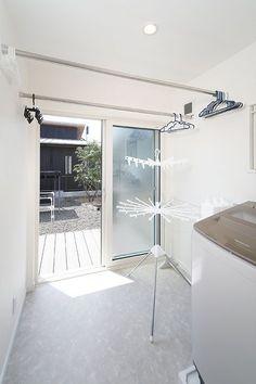 グレー・ネイビー・白と色味を抑えたシンプルモダンなインテリアが映える平屋のお家の実例紹介。洗練された「かっこいい家」をぜひご覧ください。