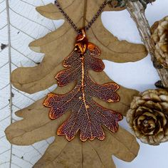 THIS PENDANT Perfect for Christmas, this unique oak leaf is preserved in a red copper plated, precious metal coating, and comes on a 24 inch copper plated link chain. This product is completely nickel-free, ensuring it is hypo-allergenic. Pendant measures roughly (L)66x(W)45x(D)1mm and comes in a Two Skies gift box Wearing this beautiful pendant means you own a wee piece of nature, preserved forever! Why not have a look at our shop for more forever leaves and other interesting products!  THE…