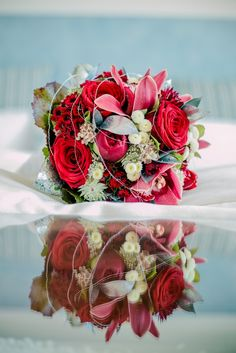 Bride bouquet with red and silver ♥ Brautstrauss in rot und silber, Foto: Fotoakrobaten