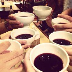 Um brinde ao #blogville com Lambrusco! (Detalhe: aqui nesse lugar se toma vinho nessas canequinhas) - Instagram by @brunabartolamei