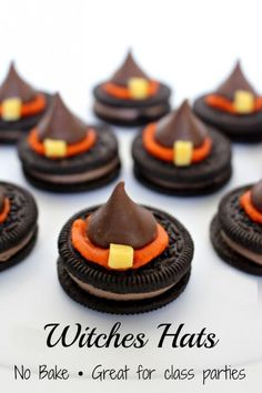 Halloween Witch Hat Cookies Looking for the PERFECT school Halloween Party treat that is easy to make, no bake, peanut free and kosher – this may be the one for you! These Halloween Witch Hat Cookies are super cute and super easy to make! Dulces Halloween, Halloween Goodies, Halloween Food For Party, Halloween Witches, Halloween Celebration, Halloween Spider, Halloween Diy, Easy Halloween Desserts, Halloween Treats For Kids