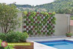 Intégrés dans les murs les parpaings constituent un aménagement jardin créatif