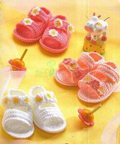 Magnifiques sandales fleuries pour bébé , trouvées sur la page facebook de & La Nueva Pagina Per l'Uncinetto & , avec ses grilles gratuites et ses explications en Français .