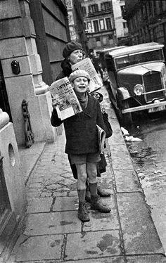 Garçons livreur des journaux, Paris 1936 par Robert Doisneau