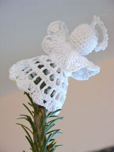 Crochet Angel tipping from the tree  Tutorial ༺✿Teresa Restegui http://www.pinterest.com/teretegui/✿༻