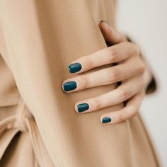 dark green nails / manicure color