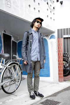 loving the chambray coat. an alternative to the usual trench or mac.   【STREET SNAP】ホソイ ユタカ | 美容師 | ストリートスナップ | 原宿(東京)|