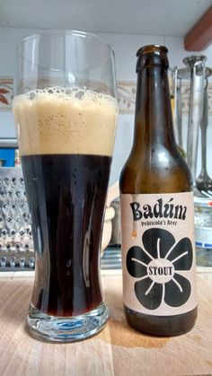 Badúm Stout. Cerveza negra de alta fermentación, de aspecto negro opaco, con algún reflejo castaño oscuro y espuma de color café con leche. En conjunto se trata de una cerveza de cuerpo medio con aromas y sabores a café y regaliz.