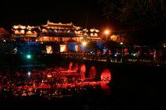 La cité impériale de Hué dans le soir.