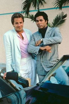 Miami Vice ugy on left shit white and open with buttdown type of lok both of the pants Miami Vice Outfit, Miami Vice Theme, Don Johnson, Dakota Johnson, 80s Fashion Men, Look Fashion, Fashion Music, 80s Fashion Icons, Vintage Fashion