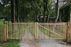 Champs, Diy Gate, Willow Fence, Country Fences, Front Gates, Driveway Gate, France, Garden Gates, Front Yard Landscaping
