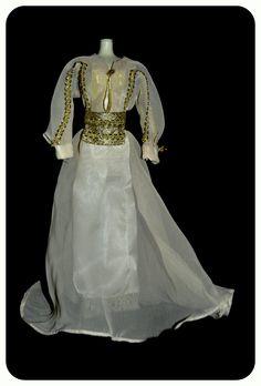 En su fiesta prenupcial, la señorita Tracy Lord, Katharine Hepburn, lleva un vestido  sencillo, lujoso y de gran encanto. Durante esta fiesta conoce a un periodista que cambia su vida.