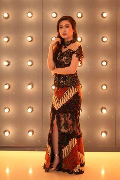 Kebaya from Instagram @Adella_Kebaya Kebaya Lace, Kebaya Brokat, Model Dress Kebaya, Kebaya Modern Hijab, Batik Fashion, Thai Dress, Gambrel, Batik Dress, Prom Dresses