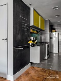 Apartamento brinca com tons de azul amarelo e cinza! www.diycore.com.br