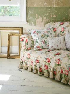 Shabby Chic Decor - Delightfully stunning shabby room decor ideas plus tactics. This pin example number 8729480488 sectioned under category shabby chic decorating vintage, and presented on 20181226 Cottage Shabby Chic, Shabby Chic Mode, Style Shabby Chic, Shabby Chic Vintage, Shabby Chic Decor, Cottage Style, Rose Cottage, Vintage Sofa, Floral Sofa