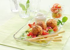 Basilikum-Reis-Bällchen auf Tomaten-Porree