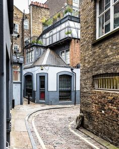 Quiet corner in Fitzrovia, London England - United Kingdom City Of London, London Food, London Eye, Best Places In London, London Architecture, Gothic Architecture, Ancient Architecture, London Travel, Edinburgh Travel