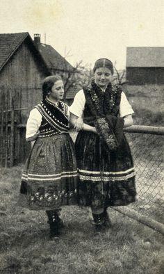 Mädchen in Schlitzer Tracht, um 1936