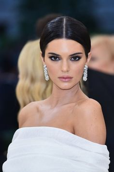 Kendall Jenner Met Gala 2018 How do you like her makeup? Kendall Jenner Outfits, Kendall Jenner Make Up, Kylie Jenner Jewelry, Kylie Jenner Met Gala, Kendall Jenner Modeling, Make Up Gold, Romantic Makeup, Jenner Makeup, Corte Y Color
