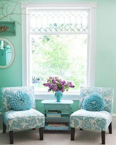 Want to add turquoise to your home's decor? Here are 20 fabulous turquoise room ideas that offer inspiration for bedrooms, living rooms, walls Turquoise Cottage, Turquoise Room, Turquoise Bedrooms, Teal, Living Room Decor, Living Spaces, Living Rooms, Muebles Shabby Chic, Deco Retro