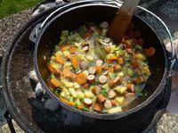 Feuertopf Rezepte. Feuer und Topf, das ist der Dutch Oven. Diesmal mit Kartoffelsuppe