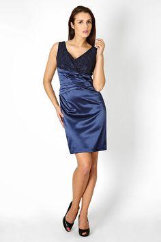 Błyszcząca suknia w odcieniach ekstrawaganckiego granatu z pięknie ukazaną kobiecą talią