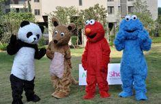 エルモの着ぐるみちゃん http://www.mascotshows.jp/product/elmo-mascot-adult-costume2.html
